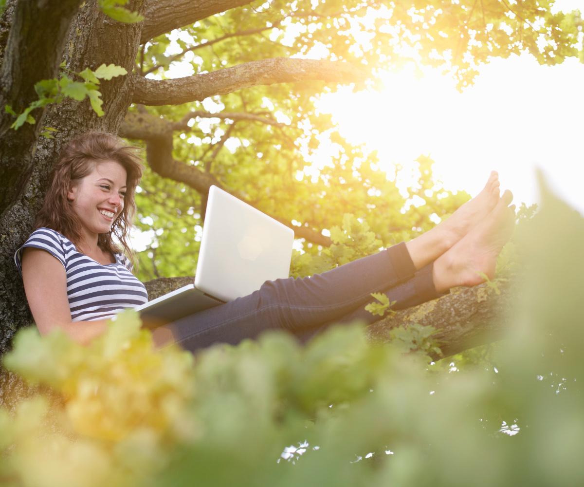 VRM: Mädchen sitzt im Baum mit Laptop