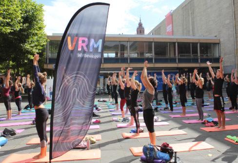 VRM-Event: Yoga Flashmob in der Mainzer Innenstadt